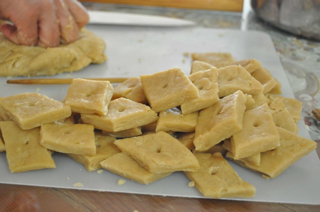 Cut yakgwa into diamond shapes
