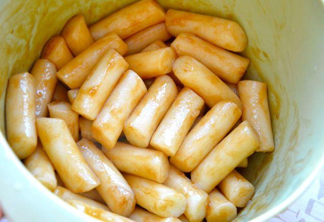 marinade dduk in soy sauce and sesame oil
