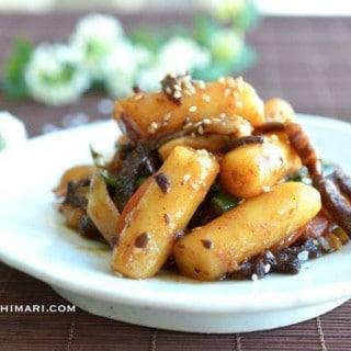 Rice Cake Stir Fry with Soy Sauce (Gungjung Tteokbokki)