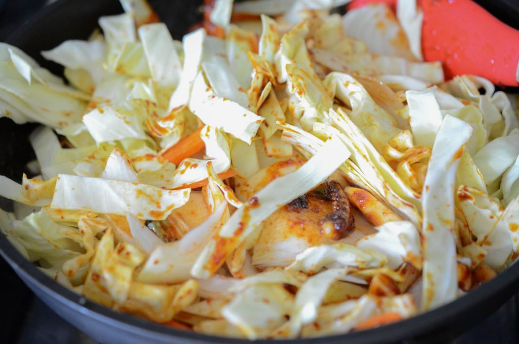 Koreanische scharfe Tintenfisch-Rührbraten mit Kohl