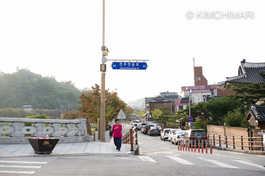 Jeonjuro bridge and lady in pink, Jeonju