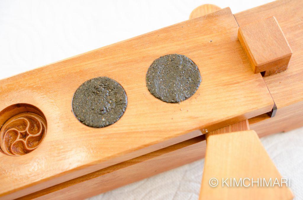 sesame tea cookie pressed in dasik pan mold
