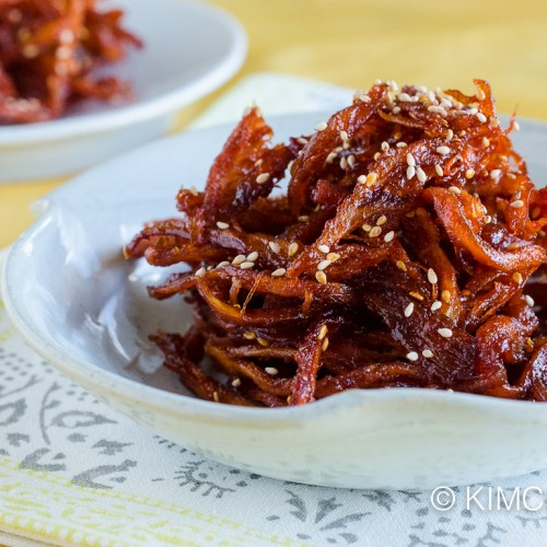 Spicy korean dried squid recipe (Ojingeochae Muchim 오징어채 무침)