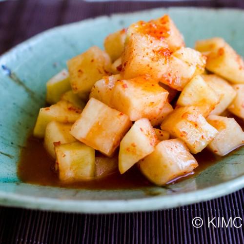 Kkakdugi fully ripe - plated on leaf shaped green dish