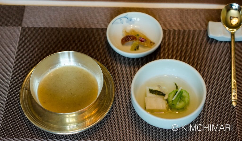 Glutinous millet gruel with water kimchi