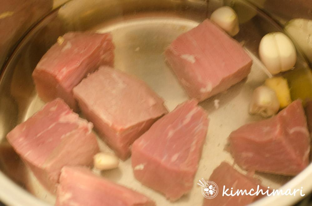beef, garlic, ginger in water in pot