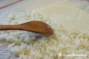 shows separating steamed rice with wooden spatula
